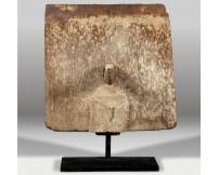 Escultura de madera con peana