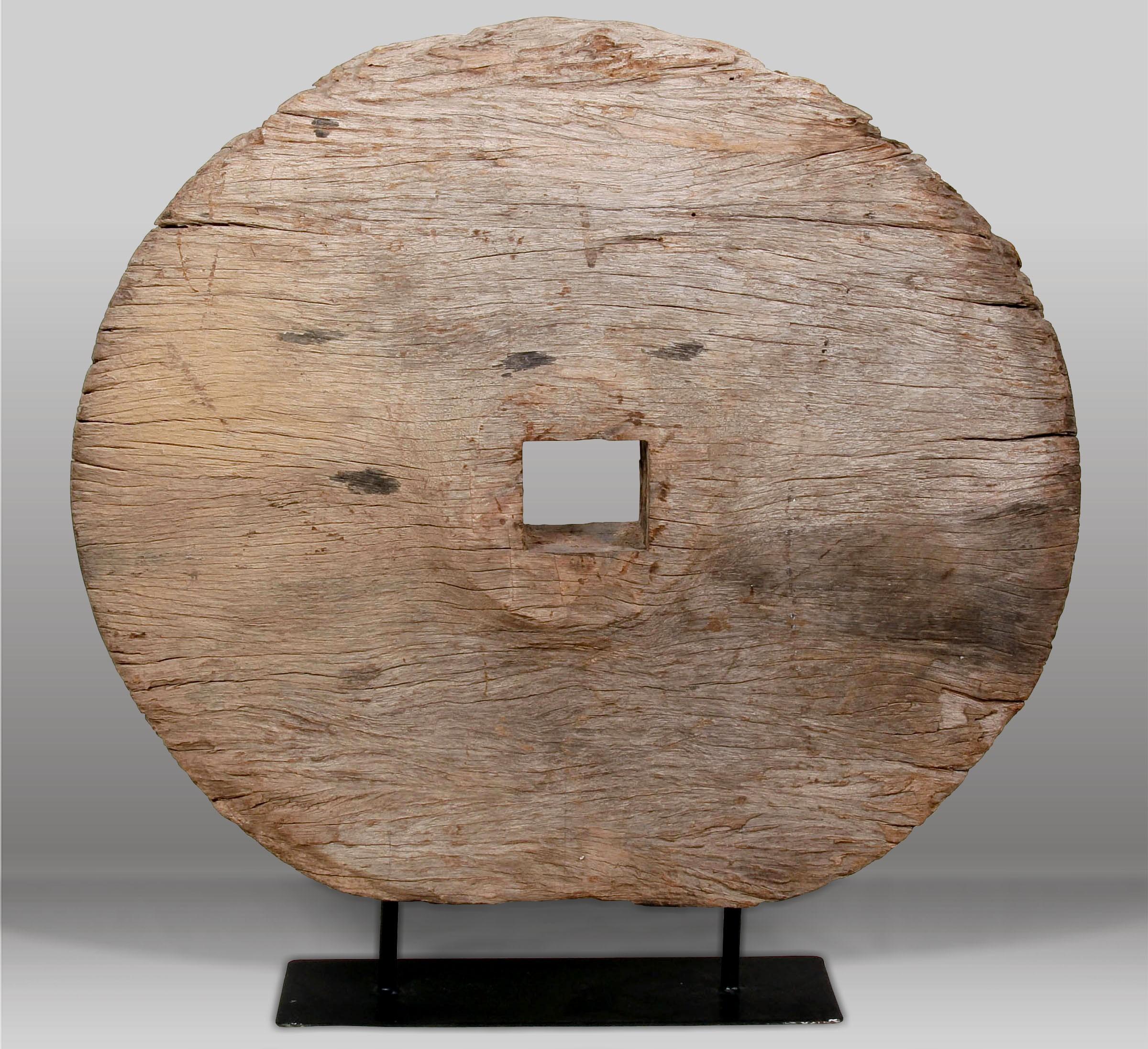Escultura y rueda antigua batavia for Ruedas industriales antiguas para muebles
