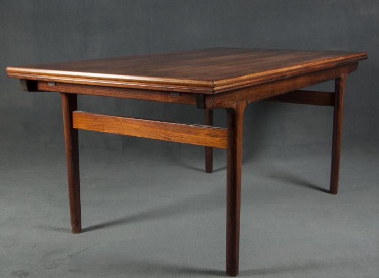 Detalle mesa comedor escandinava de palisandro de líneas rectas.