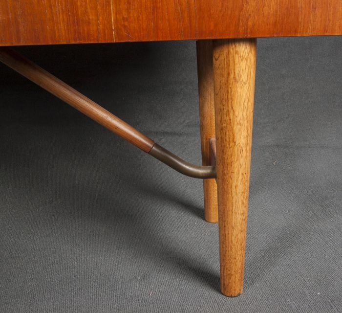 Detalle de pata de mueble años 50 recta y delgada.