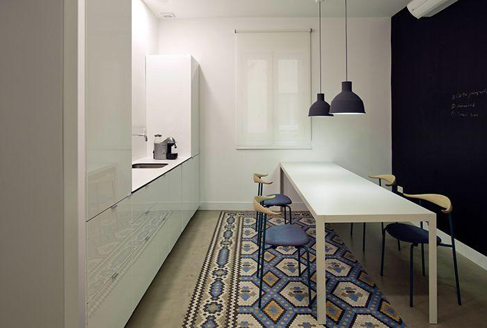 Detalle cocina con materiales que aportan calidez y textura a los espacios