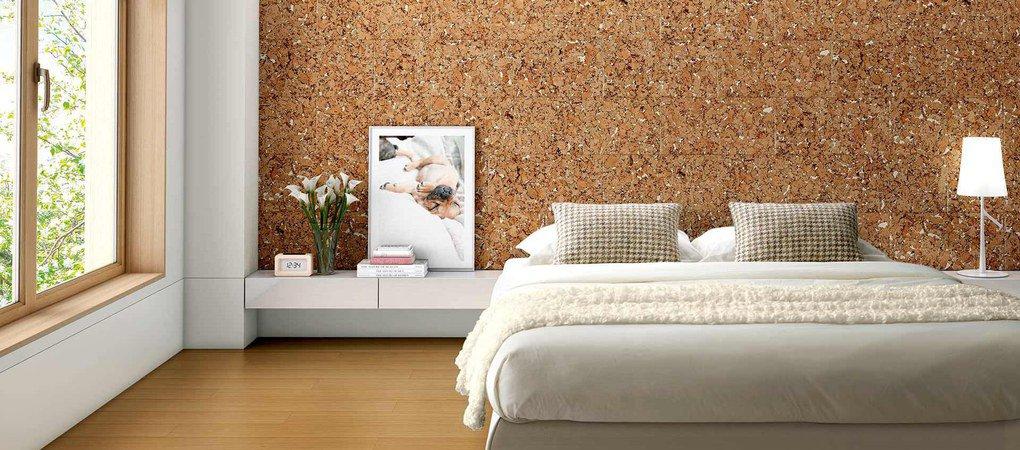 Detalle de dormitorio con pared revestida en corcho