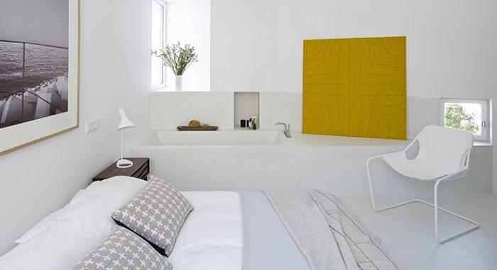 Dormitorio elegante con butaca paulistano