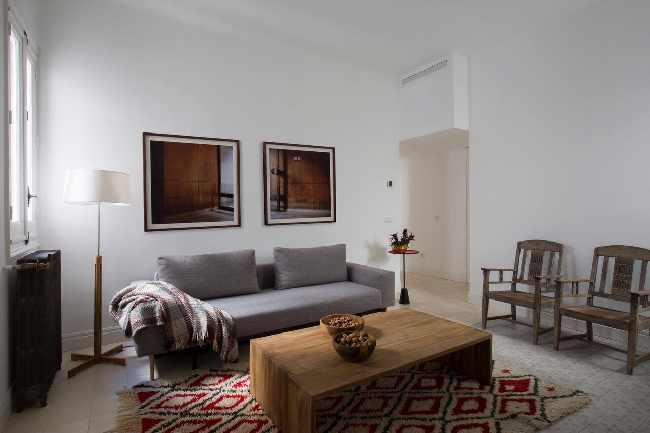 plaid sofa en tonos marrones sobre sofa