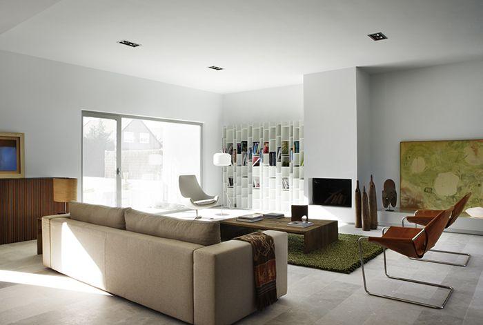 plaid sofa en tonos oscuros que hacen contraste con el sofa