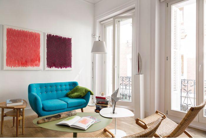 plaid sofa verde sobre sofa azul