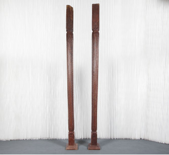 Columnas Indonesias talladas