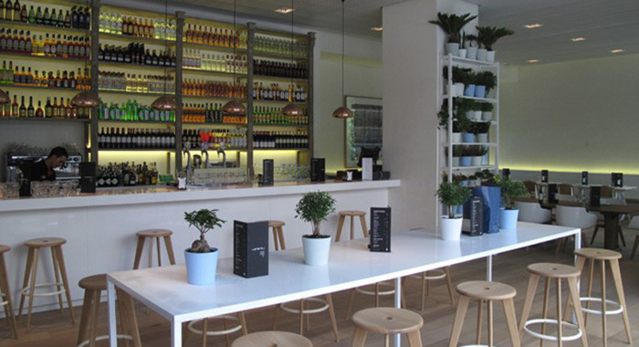 Mesa alta y sillas de Batavia en el restaurante Lateral Castellana 42