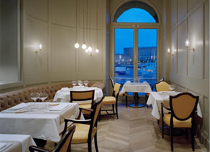 imagen restaurante con iluminacion de michael anastassiades