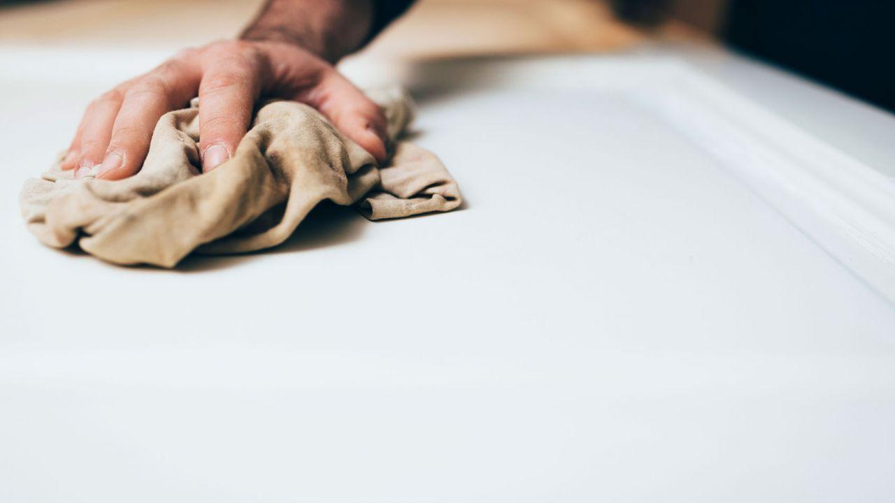 Como se aplica una capa de base selladora antes de pintar un mueble viejo