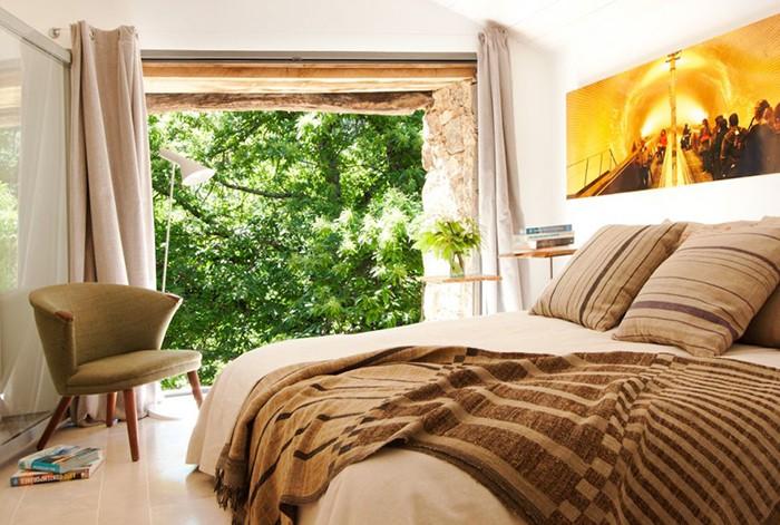 habitación decorada con textiles y muebles escandinavos