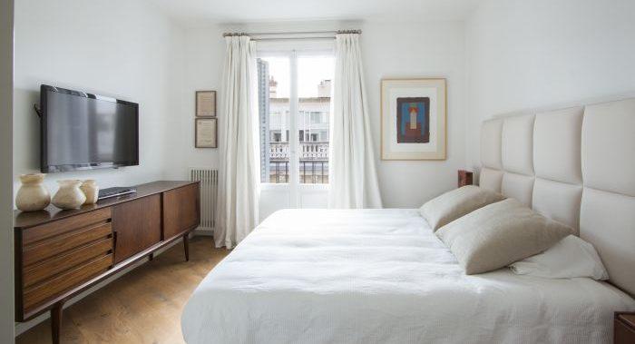 habitacion decorada con muebles de diseño escandinavo