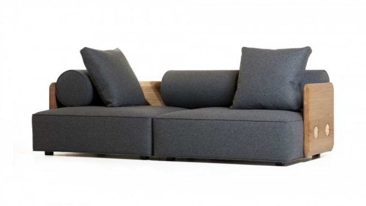 Detalle sofá en color gris que crea contraste.