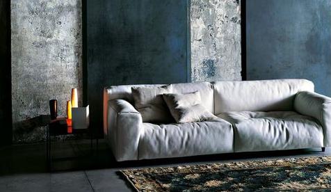 Detalle sofá color beige que refleja gran cantidad de luz.