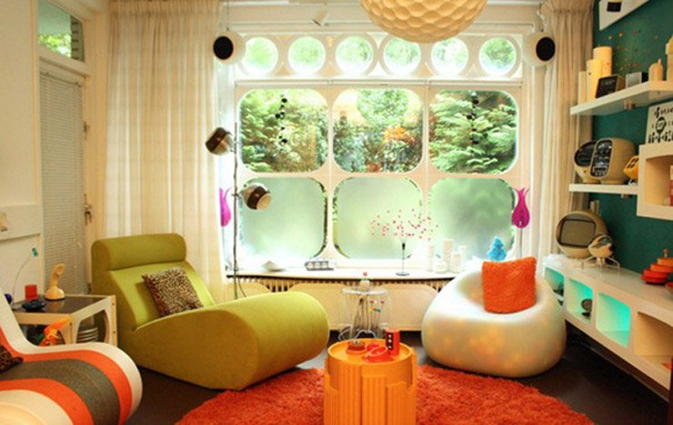 muebles años 60 con colores estridentes y dibujos grandes