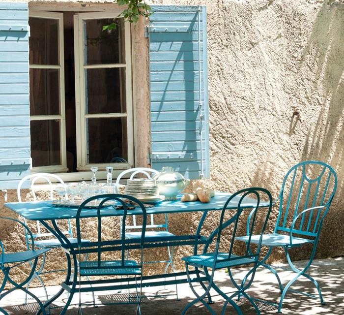 Silla Castille Plus en terraza con tonos azules