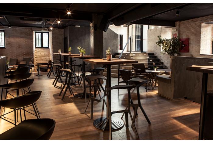 Restaurante Sexto taburetes Miura de Plank mobiliario contract