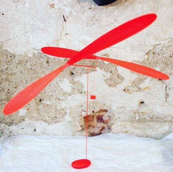 escultura movil roja
