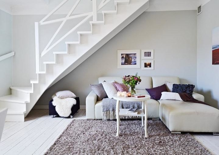 sofa debajo de las escaleras del duplex