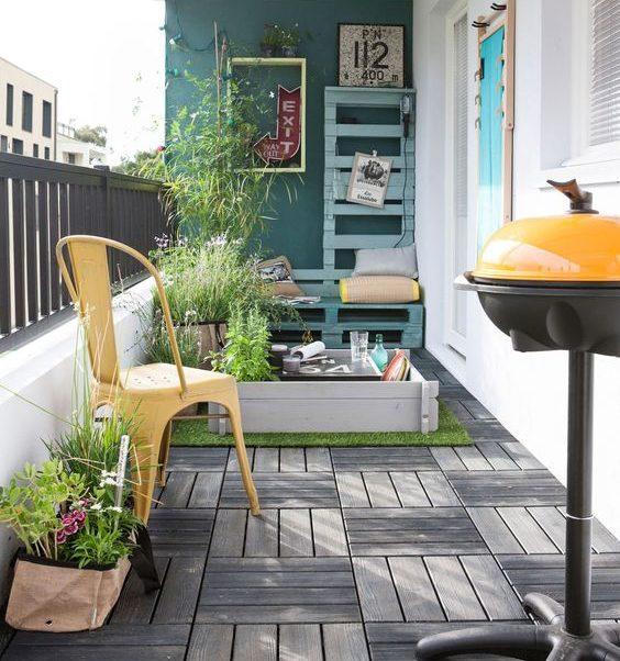 silla modelo a de Tolix en balcon