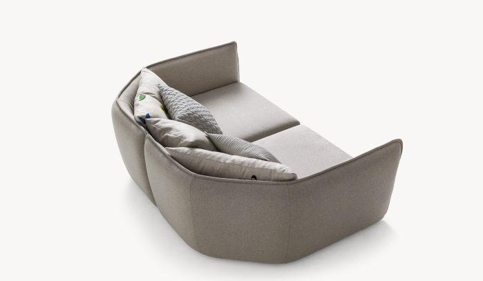 sofá chamfer curvo diseñado por Patricia Urquiola